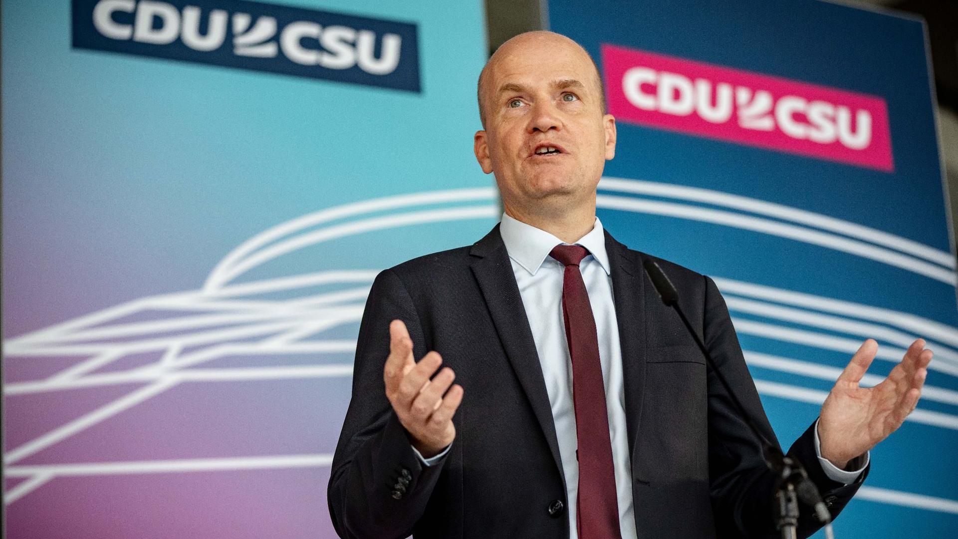 Ralph Brinkhaus, Vorsitzender der CDU/CSU Bundestagsfraktion, spricht bei einem Pressetermin vor Beginn der Sitzung der CDU/CSU Bundestagsfraktion.