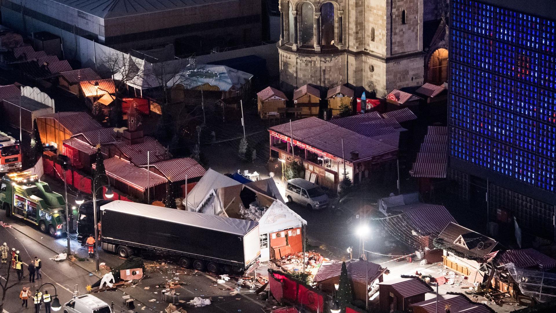 Eine Schneise der Verwüstung ist am auf dem Weihnachtsmarkt am Breitscheidplatz in Berlin zu sehen, nachdem der Attentäter Anis Amri mit einem Lastwagen über den Platz gerast war.