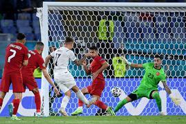 Ciro Immobile (M) sorgte mit seinem Tor zum 2:0 für die Vorentscheidung beim Auftaktsieg Italiens gegen die Türkei.