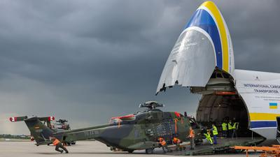 Ein Transporthubschrauber NH90 der Bundeswehr wird aus einem Großraumtransportflugzeug AN-124 auf dem Flughafen Leipzig/Halle entladen.