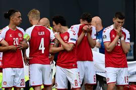 Die geschockten dänischen Spieler bildeten um den kollabierten Christian Eriksen einen Kreis.