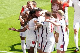 Die englischen Spieler bejubeln die Führung.