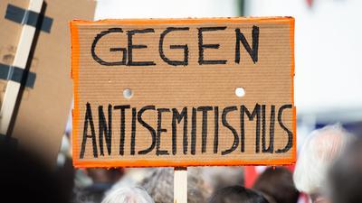 Bei einer Demo wird ein Schild gegen Antisemitismus in die Höhe gehalten. Die Erfassung antisemitischer Straftaten soll verbessert werden.