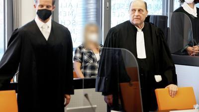 Die angeklagte Mutter zwischen ihren Anwälten Felix Menke (l) und Thomas Seifert (r) im Gerichtssaal.