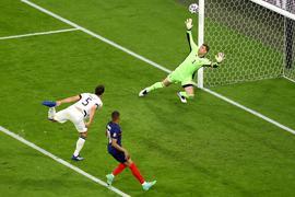 Beim Versuch vor Mbappé zu klären erzielt Mats Hummels (l) gegen Torwart Manuel Neuer ein Eigentor.