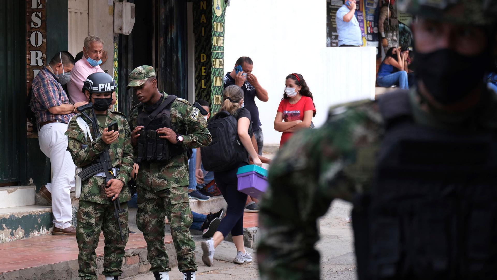 Bei einem Anschlag auf einen Militärstützpunkt im Osten Kolumbiens werden dutzende Menschen verletzt.