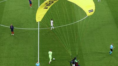 Ein Greenpeace-Aktivist landet auf dem Spielfeld.