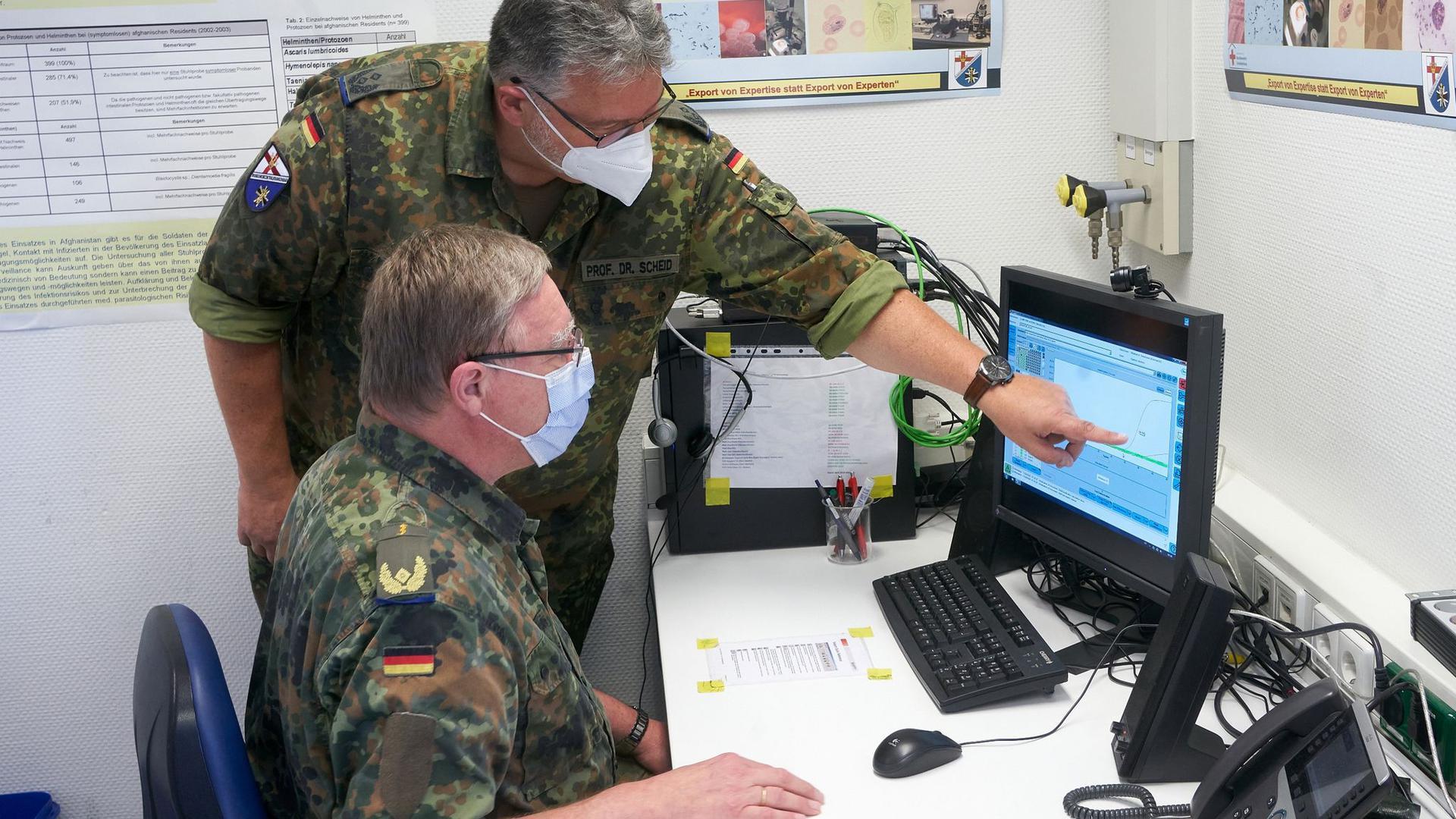 Oberstleutnant Patrick Leander Scheid (hinten) und Generalarzt Dr. Stefan Kowitz im Multinational Medical Coordination Centre/European Medical Command in Koblenz.