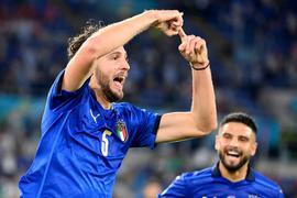 Italiens Manuel Locatelli (l) freut sich über seinen Treffer.