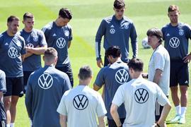 Bundestrainer Joachim Löw (2.v.r) wird wohl nichts radikal ändern.