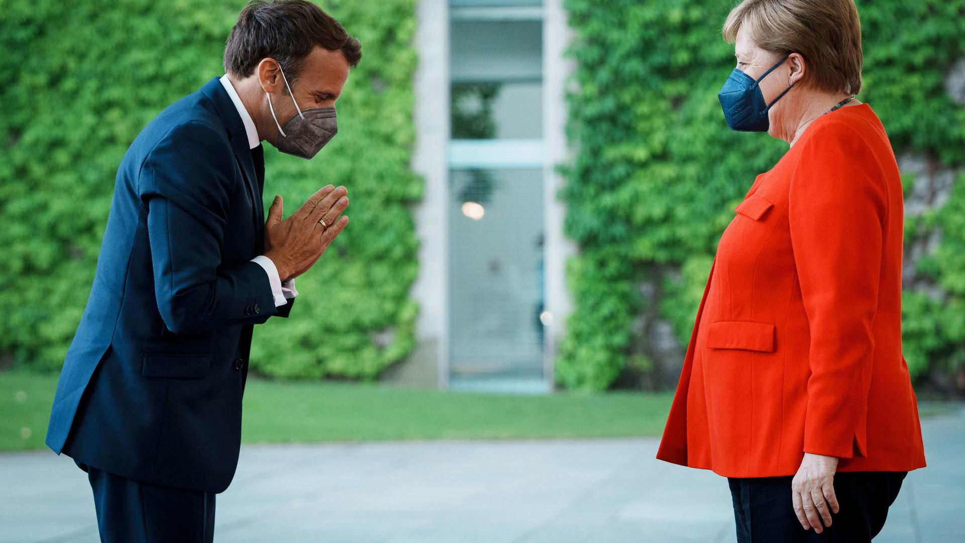 Emmanuel Macron begrüßt Angela Merkel vor dem Bundeskanzleramt.