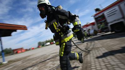 Ein Feuerwehrmann in Atemschutz während einer Einsatz-Übung am Flughafen München.
