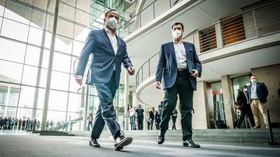Armin Laschet (l) und Markus Söder haben die Spitzen ihrer Parteien für Sonntagabend zu einer Klausur nach Berlin geladen (Archivbild).