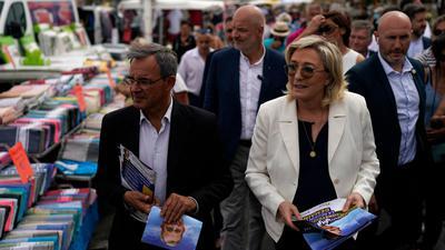 Marine le Pen (vorne, r) vom extrem rechten Rassemblement National bei einem Wahlkampfauftritt.