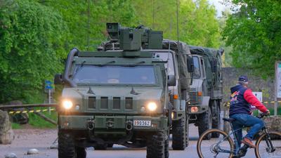 Fahrzeuge des belgischenMilitärs imMai während der Fahndung nach dem Soldaten.