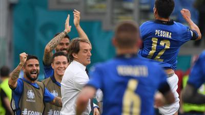 Italiens Matteo Pessina (r) jubelt nach dem Führungstreffer seiner Mannschaft gegen Wales.