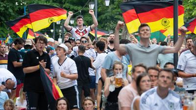 Nicht alle Fußball-Fans hielten sich im Freudentaumel an die Abstandsregeln und sonstige Anti-Corona-Maßnahmen.
