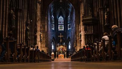 Gottesdienst in einer katholischen Kirche. Unter anderem in Köln gibt es seit Monaten eine Welle von Kirchenaustritten. (Symbolbild)