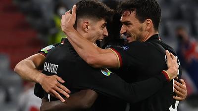 Die deutschen Spieler feiern den Treffer von Kai Havertz (l).