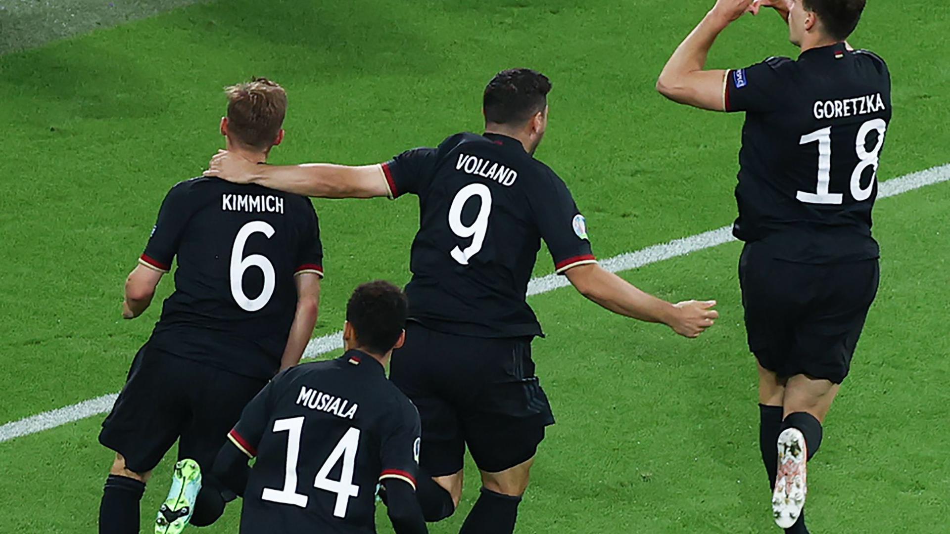 Deutschlands Leon Goretzka (r) machte mit seinem Tor zum 2:2 den Einzug ins Achtelfinale perfekt.