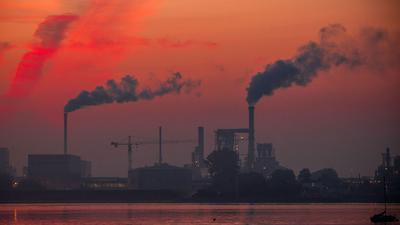 Aufsteigender Rauch aus Fabrikschornsteinen: Bis zum Jahr 2040 soll bereits ein Rückgang des klimaschädlichen Ausstoßes um 88 Prozent erreicht sein.