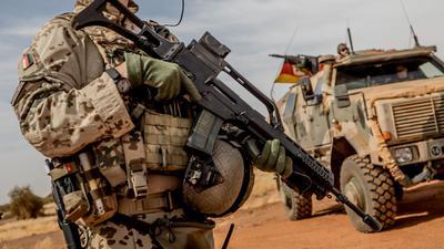 Ein Soldat der Bundeswehr 2018 mit einem Sturmgewehr vom Typ G36 am Flughafen nahe des Stützpunktes in Gao im Norden Malis.