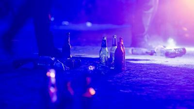 Flaschen liegen im Volkspark Hasenheide auf dem Boden, nachdem die Polizei im Sommer 2020 eine Menschenansammlung aufgelöst hat.