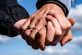 Das Gefühl, in einer Beziehung wichtige Entscheidungen treffen zu können, stimmt zufrieden.