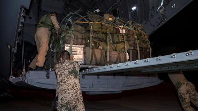 Soldaten der Bundeswehr laden in Masar-i-Scharif Gepäckstücke in ein Transportflugzeug A400M der Luftwaffe.