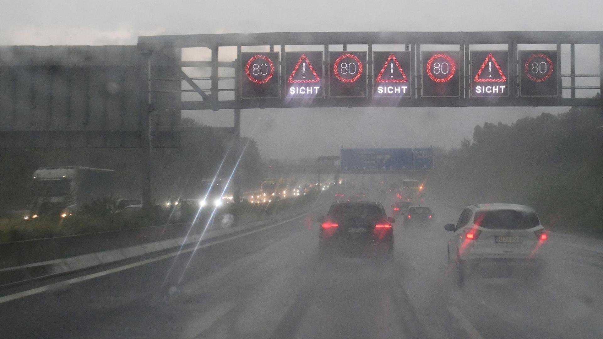 Starkregen auf der Autobahn A 9 Richtung München Zentrum. Erneut warnt der Wetterdienst vor Starkregen, Stürmen und Hegel inBayern.
