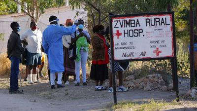 Bewohnern wird in Zvimba, Simbabwe, die Temperatur gemessen, bevor sie sich im örtlichen Krankenhaus behandeln lassen können.