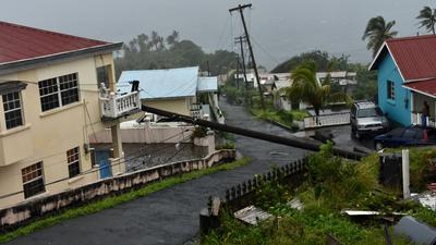 """Infolge von Hurrikan """"Elsa"""" ist ein Strommast auf ein Gebäude in Cedar Hills, St. Vincent, gestürzt."""