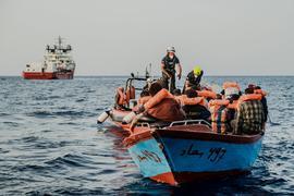 """Helfer von der """"Ocean Viking"""" nähern sich einem kleinen Boot. Die Seenotretter der privaten Organisation SOS Méditerranée haben bei mehreren Einsätzen Dutzende Bootsmigranten im zentralen Mittelmeer in Sicherheit gebracht."""