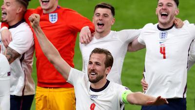 Englands Harry Kane (M) und seine Teamkollegen feiern nach dem Sieg.