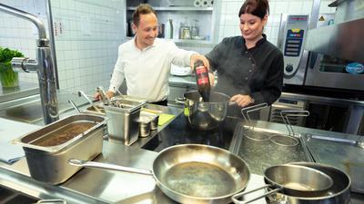 Köche bereiten in der Küche eines Restaurants eine Soße zu. Firmen und potenzielle Azubis finden kurz vor dem neuen Ausbildungsjahr nur schwer zusammen.