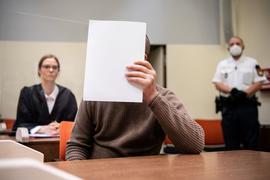 Rechtsanwältin Ruth Beer (l) im Gerichtssaal hinter ihrem Mandanten. Er ist wegen eines versuchten Anschlags in der Münchner Innenstadt angeklagt.
