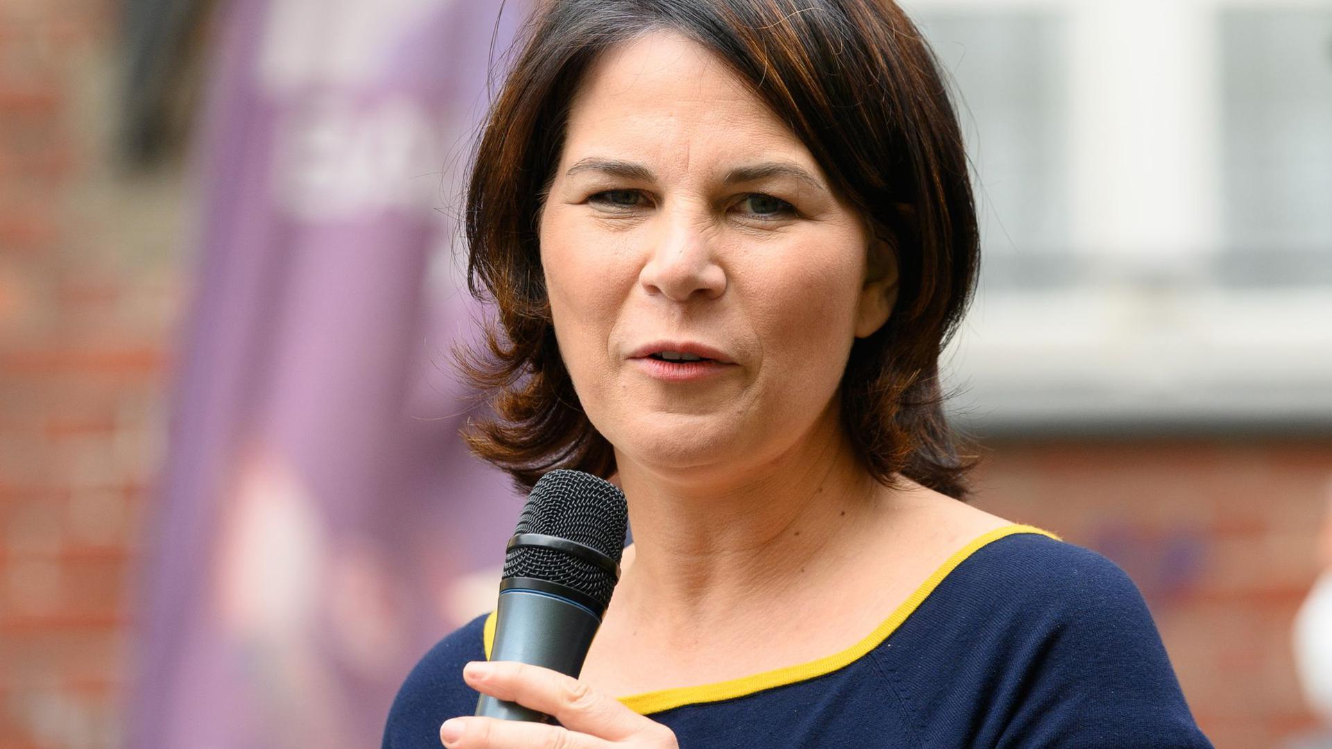 Annalena Baerbock, Kanzlerkandidatin und Direktkandidatin von Bündnis 90/Die Grünen, spricht während eines Bürgergesprächs zu ihrem Wahlkampfauftakt.
