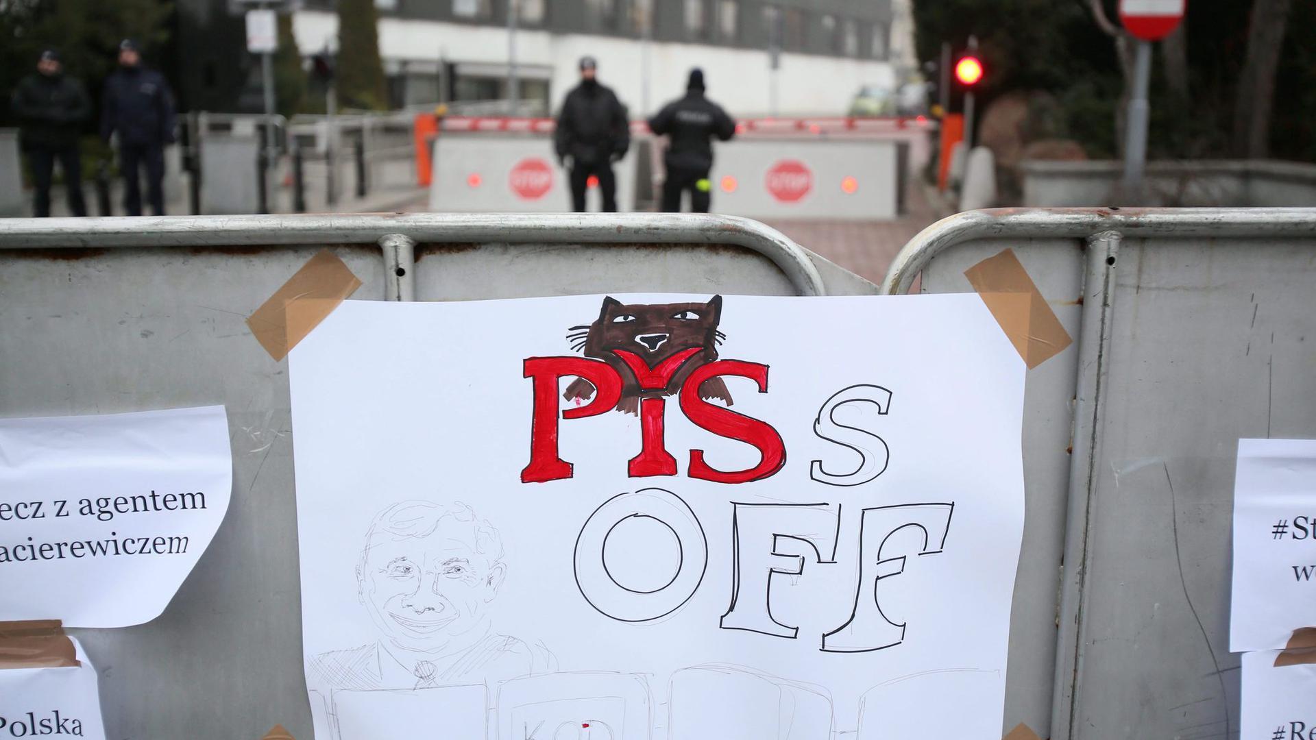 """""""Piss Off"""" steht auf einem Zettel, der während einer Demonstration gegen eine Einschränkung der Pressefreiheit 2016 an einem Schild in Warschau hängt. (Archivbild)"""