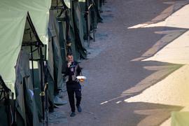 Ein Migrant geht in dem neu errichteten Flüchtlingslager in der Stadt Pabrade, etwa 40 km nordöstlich von Vilnius.