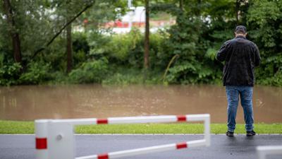 Der Fluss Aurach ist wegen anhaltender Regenfälle über das Ufer getreten.