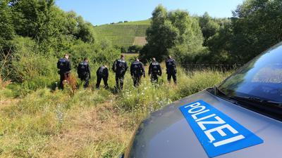 Polizisten durchsuchen am 19.07.2016 ein Gebiet bei Würzburg (Bayern), wo ein Attentäter von der Polizei erschossen wurde.