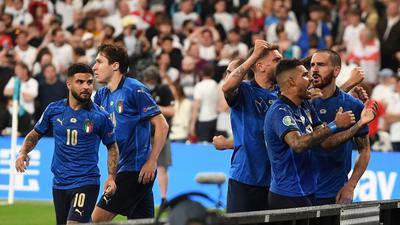 Italiens Leonardo Bonucci (r) jubelt über seinen Treffer zum 1:1 mit seinen Teamkollegen.