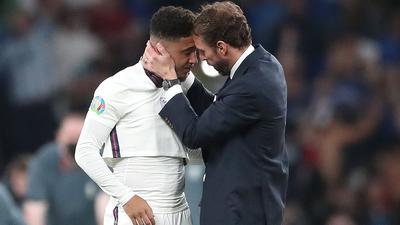 England-Coach Gareth Southgate spendet Trost für Jadon Sancho nach dessen verschossenen Elfmeter.