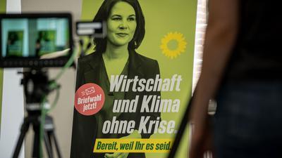"""Ein Wahlplakat der Grünen zeigt Kanzlerkandidatin Annalena Baerbock und den Slogan """"Wirtschaft und Klima ohne Krise""""."""