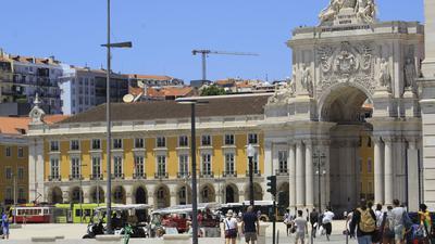 Touristen am gehen Comercio-Platz in Lissabon.