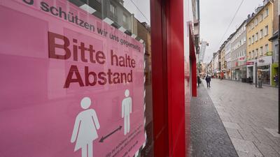 Ein Schild in der Mainzer Fussgängerzone, das auf die Abstandsregel hinweist.