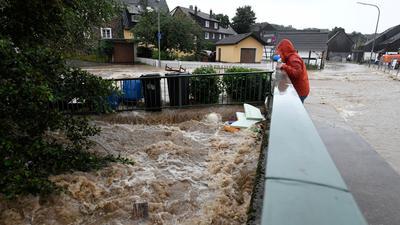 Durch den starken Regenfall war die Wupper zum reissenden Gewässer geworden.