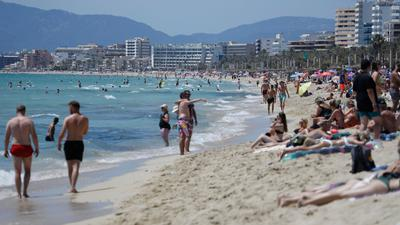 Touristen am Strand von Arenal in Palma de Mallorca - trotz steigender Corona-Zahlen.