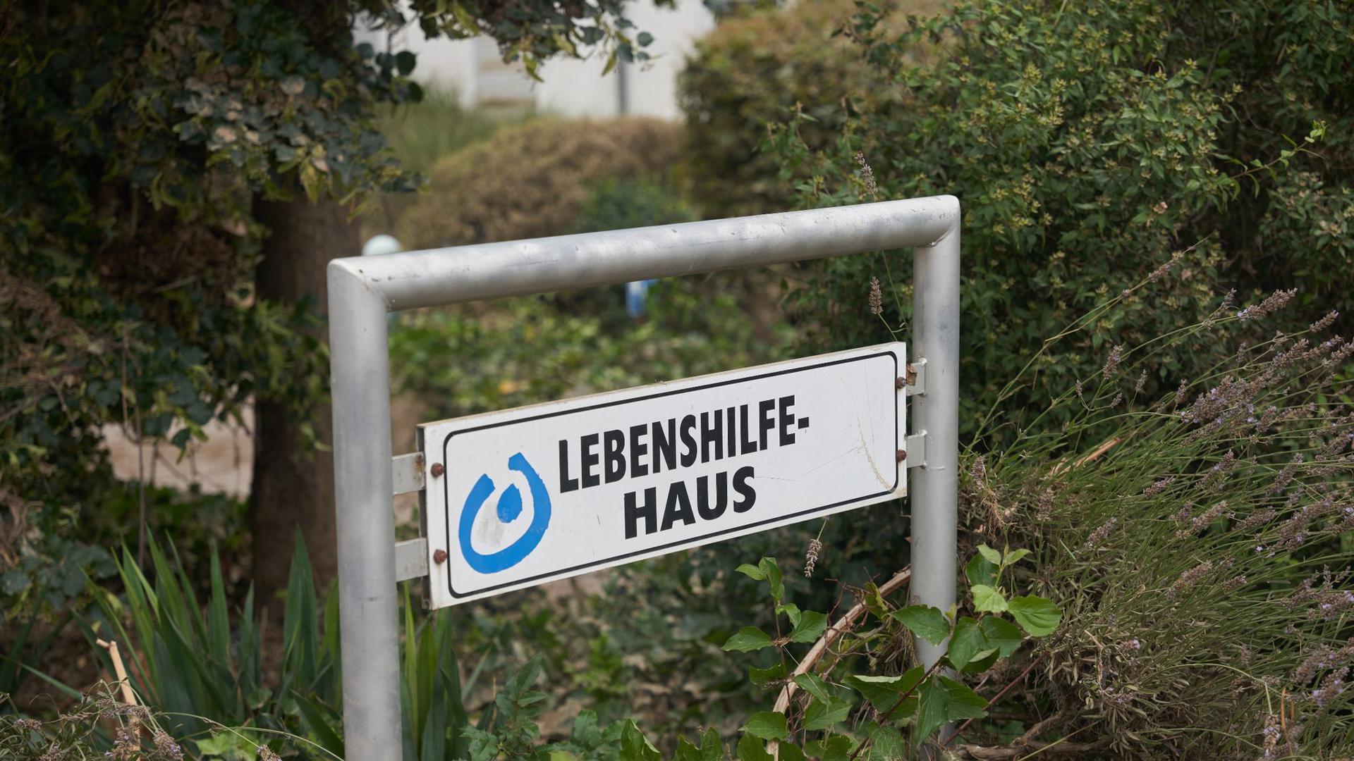 Das Schild vor dem Behindertenwohnheim Lebenshilfe-Haus. Starkregen führte auch hier zu extremen Überschwemmungen. Aufgrund des schnell steigenden Wassers konnten zwölf Menschen nicht mehr vor den Fluten der Ahr gerettet werden.