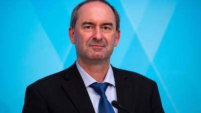 """""""Muss sich entschuldigen, ein Mann zu sein"""": Der Chef der Freien Wähler, Hubert Aiwanger, teilt gegen die Grünen aus."""